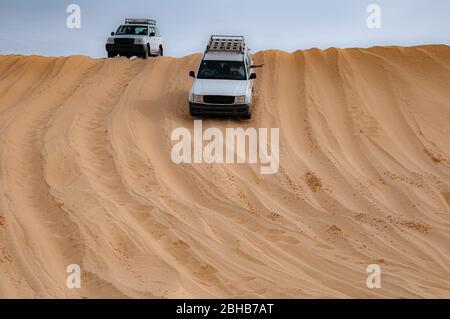 suv blanc sur les dunes de sable rouge lors d'un safari dans le désert du Sahara en Tunisie Banque D'Images