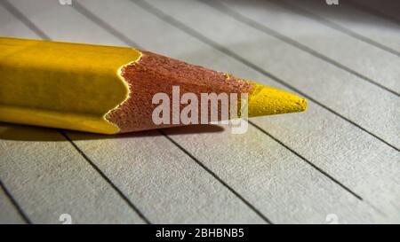 Crayons de couleur gros plan placés sur un ordinateur portable Banque D'Images
