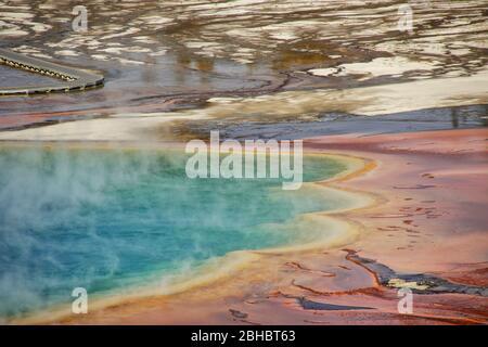 Vue aérienne rapprochée du Grand Printemps prismatique dans le bassin de la Geyser de Midway, parc national de Yellowstone, Wyoming, États-Unis. C'est le plus grand printemps chaud de l'ONU