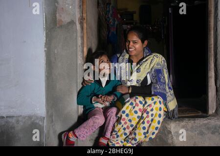 mère rurale indienne et fille assise à la porte de la maison