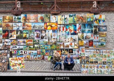 Artistes de rue vendant la porte de Saint-Florian à Cracovie, en Pologne Banque D'Images