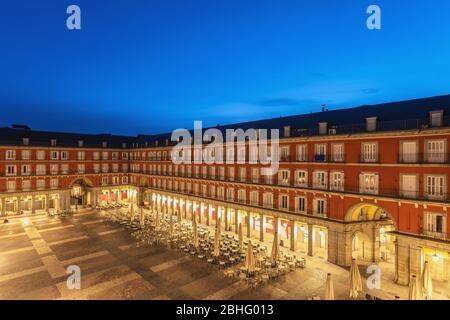 Madrid Espagne, vue aérienne nuit ville horizon à la Plaza Mayor