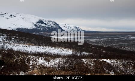 Paysage typique de montagne d'hiver islandais dans le centre sud-est de l'Islande au parc national de skaftafell. Banque D'Images