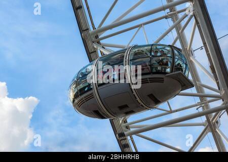 Shell Centro, London Eye et la Tamise avec un ciel bleu au Royaume-Uni