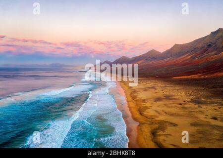 Plage de Cofete sur la pointe sud de Fuerteventura pendant le coucher du soleil, post traité en HDR