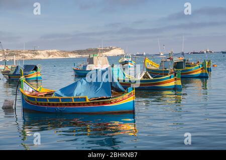 Bateaux de pêche Luzzu dans le port, Marsaxlokk, Malte Banque D'Images