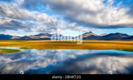 Lac réfléchissant sur la côte sud de l'Islande, post traité en HDR