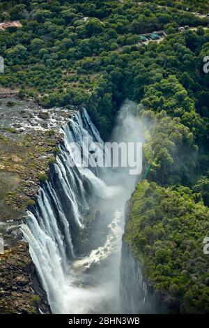 Chutes Victoria ou 'osi-oa-Tunya' (la fumée que Thunders), et la rivière Zambèze, frontière Zimbabwe / Zambie, Afrique australe - aérienne