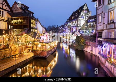 Vue sur les vieux restaurants et hôtels à colombages le long de la Lauch la nuit dans la petite région de Venise, Colmar, Alsace, France, Europe