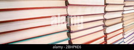 Les livres piquant une vue de perspective décroissante. Mise au point sélective