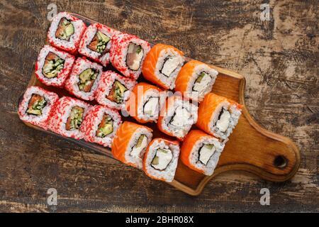 Deux sortes de petits pains à sushis sur une planche en bois. Cuisine japonaise