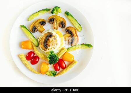 Petit déjeuner anglais à faible teneur en calories Benoît œufs avec champignons frits, brocoli et mini-légumes. Restez à la maison et faites cuire. Vue de dessus. Espace de copie Banque D'Images