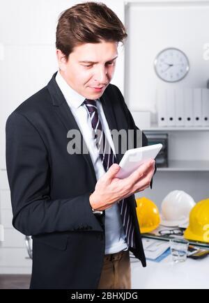 Utilisateur avancé de la haute technologie moderne à l'aide de la réalisation de la science Banque D'Images