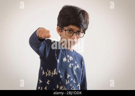 portrait d'un jeune garçon punching Banque D'Images