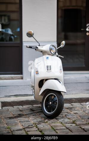 Vienne, Autriche - 5 juillet 2011: Beau scooter beige Piaggio Vespa stationné dans le centre de Vienne sur la route pavée Banque D'Images