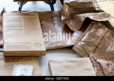 Les repas militaires prêts à manger sont des rations individuelles préemballées et autonomes utilisées dans les zones de combat ou dans d'autres conditions où les installations alimentaires sont ar Banque D'Images