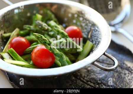 Asperges avec tomates en passoire Banque D'Images