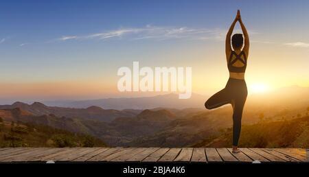 Jeune femme pratiquant le yoga dans la nature.bonheur féminin. Posez équilibre corps vital zen et méditation pour l'entraînement nature montagne fond en morni
