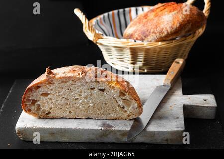 Maison cuisine pain biologique fait maison de pâte à pain sur fond noir avec espace de copie