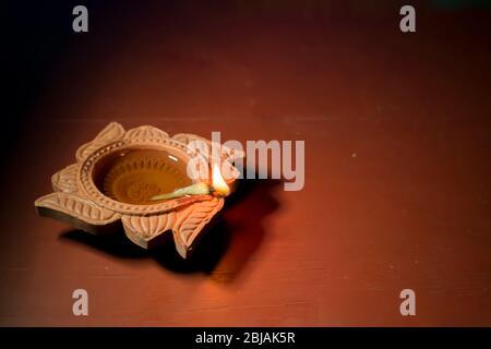 Lampes diya éclairées avec fond bokeh pendant la célébration diwali Banque D'Images