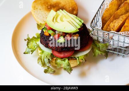 Hamburgers de légumes avec betterave et haricots servis avec des légumes frais. Banque D'Images