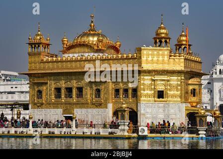 Les fidèles se mettent en file d'attente dans l'un des sites les plus vénérés de Sikhs : Harmandir Sahib (Temple d'or) se trouve dans le lac de Nectar, Amritsar, Punjab, Inde. Banque D'Images