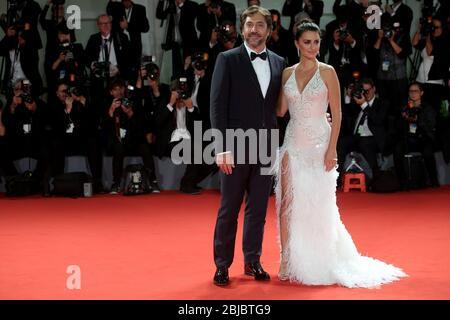 VENISE, ITALIE - SEPTEMBRE 06: Javier Bardem et Penelope Cruz promenades le tapis rouge avant le criblage 'aimant Pablo' Banque D'Images