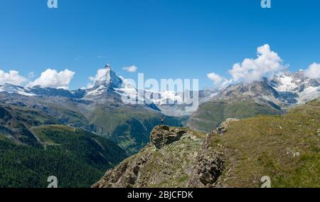 Jeune fille aux bras ouverts prenant dans le majestueux paysage alpin suisse le long de la célèbre piste de marche de cinq lacs