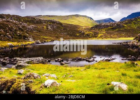 Tarn innommé sur le sommet du foin dans le Lake District, Cumbria, England, UK