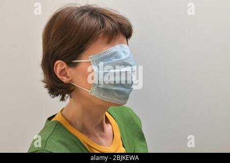 Concept femme avec médical, masque chirurgical couverture sur son visage.