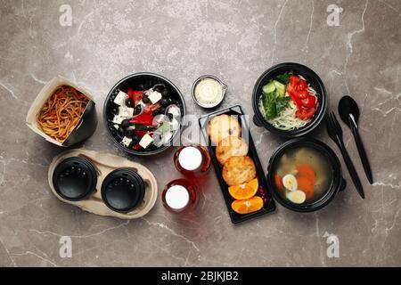 Plat avec plats à emporter sur la table. Livraison de nourriture