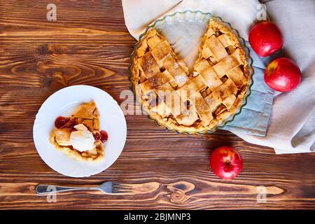 Disposition ou vie fixe avec tarte aux pommes faite à la maison sous forme de cuisson sur table couverte de nappe légère sur la cuisine à la maison. Vue de dessus avec espace de copie