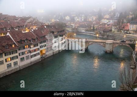 La ville de Berne, le temps de Noël le 5 décembre 2015 à Berne, Suisse. Aare au crépuscule. Banque D'Images