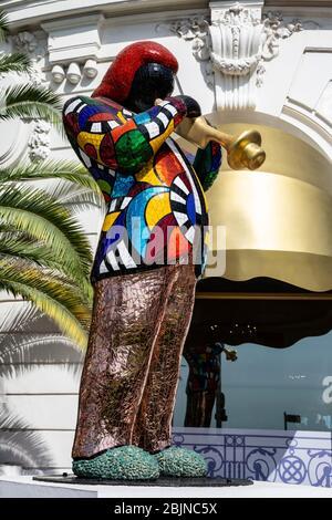 Statue de Miles Davis par Niki de Saint Phalle devant l'Hôtel Negresco, Promenade des Anglais, Côte d'Azur, France. Banque D'Images