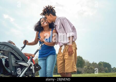 Bonne famille africaine s'amuser ensemble dans le parc public - mère afro et père avec leur fille profiter ensemble pendant le week-end en plein air