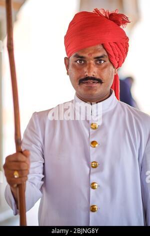 Jaipur, Rajasthan / Inde - 29 septembre 2019: Portrait d'un jeune Indien dans les vêtements traditionnels Rajasthani portant le chapeau de safa de turban, Jaipur, Indi Banque D'Images