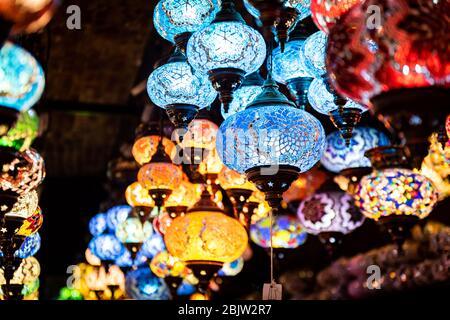 Lumières et éclairage turcs spectaculaires dans un magasin de lumières et de lampes dans les catacombes du marché de Camden Banque D'Images