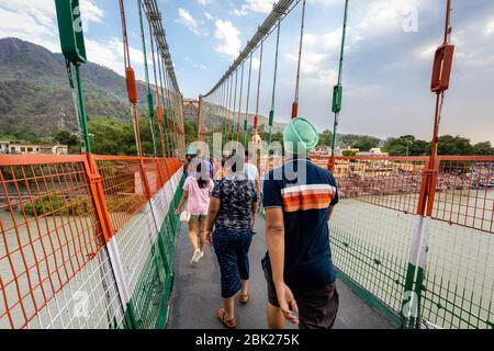 Les pèlerins récolent la célèbre RAM Jhula dans la ville spirituelle de Rishikesh en Inde Banque D'Images