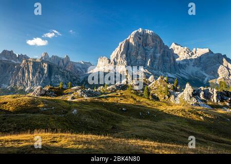 Soleil nocturne sur Tofana di Rozes, Dolomite montagnes près de Cortina d'Ampezzo, Vénétie, Italie Banque D'Images