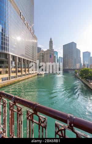 Vue sur le Wrigley Building, la rivière Chicago, le bateau-taxi et le pont Dusable, Chicago, Illinois, États-Unis d'Amérique, Amérique du Nord