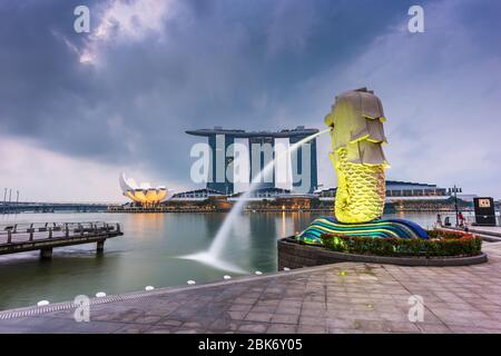Singapour - septembre 6, 2015: la fontaine du Merlion à Marina Bay. Le Merlion est une icône marketing utilisé comme mascotte et la personnification de tr