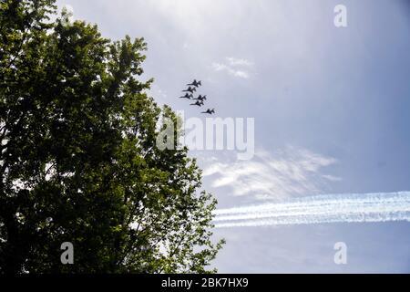 Les Thunderbirds, l'équipe de démonstration de vol aérobique de l'Air Force des États-Unis, composée de six avions F-16 C Fighting Falcon, effectuent un survol avec les US Navy Blue Angels, dans la zone de métro de Washington, DC à Silver Spring, Maryland, le samedi 2 mai 2020. Le flyover salue les premiers intervenants dans la lutte contre la pandémie de Coronavirus COVID-19.crédit: Ron Sachs/CNP photo par crédit: Newscom/Alay Live News