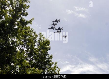 Les Thunderbirds, l'équipe de démonstration de vol aérobique de l'Air Force des États-Unis, composée de six avions F-16 C Fighting Falcon, effectuent un survol avec les US Navy Blue Angels, dans la zone de métro de Washington, DC à Silver Spring, Maryland, le samedi 2 mai 2020. Le survol salue les premiers intervenants dans la lutte contre la pandémie de Coronavirus COVID-19.Credit: Ron Sachs/CNP   usage dans le monde entier