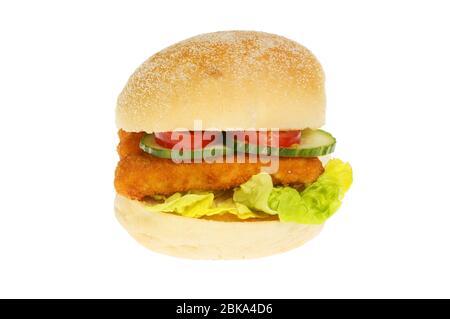 Doigts de poisson avec salade dans un pain en rouleau isolé contre le blanc Banque D'Images
