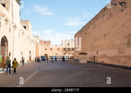 Murs extérieurs et la rue du Palais El Badi dans la vieille ville de Marrakech (Marrakech), le Maroc, l'Afrique du Nord Banque D'Images