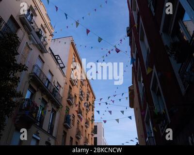 Madrid, Espagne. 3 mai 2020. Une rue du quartier Rastro décorée par les voisins avec des chaînes en papier et d'autres éléments de décoration pendant le verrouillage de Madrid contre la pandémie de COVID-19. © Valentin Sama-Rojo/Alay Live News. Banque D'Images