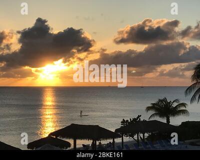 Paddle Boarder au coucher du soleil - 11 km Beach, Grand Cayman, îles Caïmanes Banque D'Images