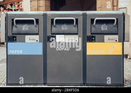 Tri séparé des déchets dans les boîtes en fer. Concept de recyclage des déchets en Europe. Banque D'Images