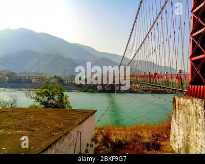 Magnifique pont Lakshman Jhula et rivière Ganga dans la ville spirituelle de Rishikesh, Inde Banque D'Images