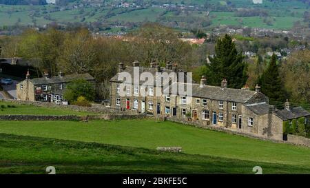 Vue imprenable sur le hameau Burley Woodhead (cottages traditionnels en pierre et pub Hermit), sur la pittoresque vallée rurale de flanc de colline - West Yorkshire, Angleterre, Royaume-Uni. Banque D'Images